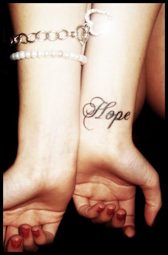 Тату с именем надежда на руке