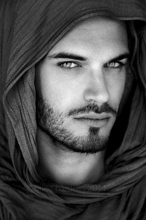Beautiful eyes are why arab so Why does