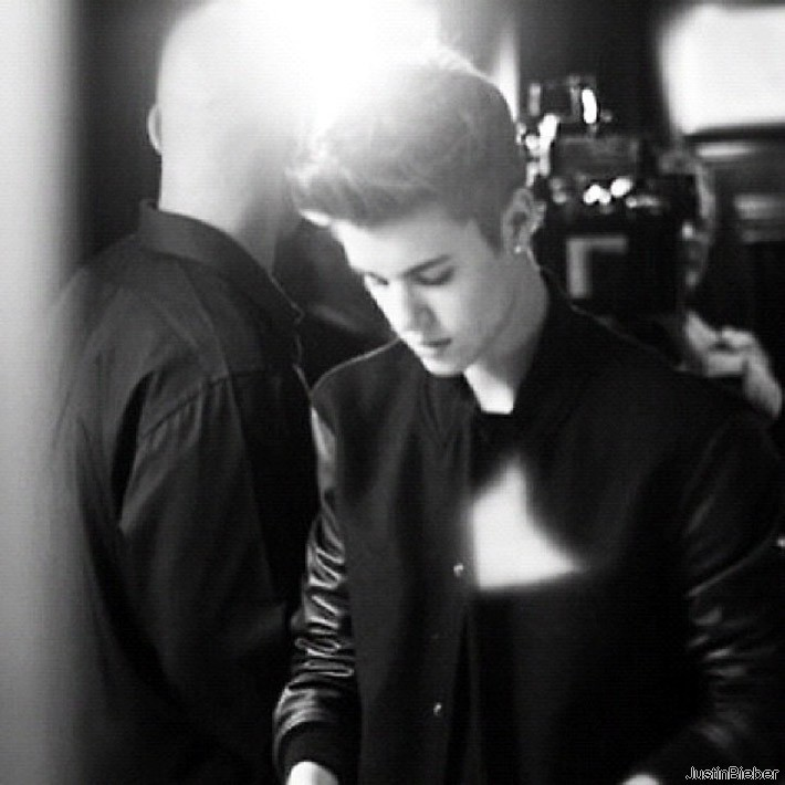 justin single girls Dating justin bieber description justin wants to test all his girl fans and the winner will be invited to a fantastic date.