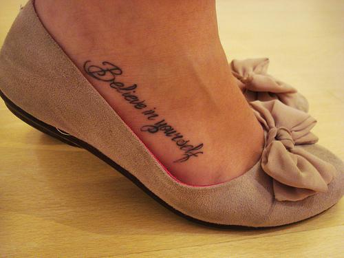 Тату на ноге у девушки надписи