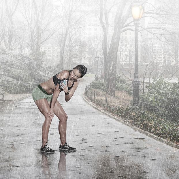 Nacked love running in the rain, smack her bottom