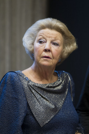 Queen+Beatrix+Queen+Beatrix+Netherlands+Presents+eh_lbH4z3Pkl.jpg