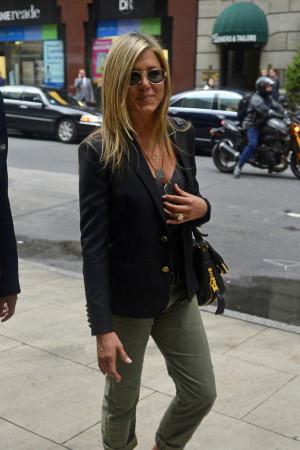 Actress+Jennifer+Aniston+hides+behind+sunglasses+7W_s7CszQfXx.jpg