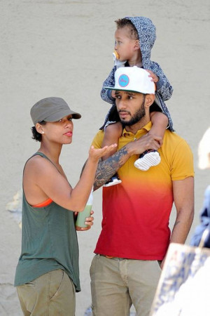 Carrying his little son on his shoulders, Swizz Beatz wore a bright ...