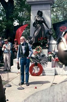 Utah Phillips speaking at Waldheim Cemetery, Forest Park (outside ...