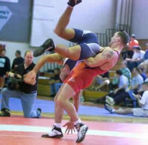 luta livre é um desporto em que os lutadores podem usar as pernas e ...