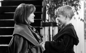 Catherine O'Hara as the mother with MacAulay Culkin as Kevin ...