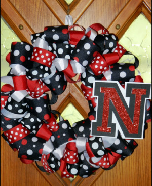 This DIY wreath is perfect to pump up team spirit! However I would do ...