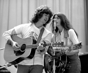Emmylou Harris Perform With