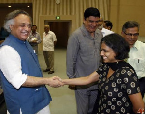 Jairam Ramesh Doing Handshake With Sunita Narain