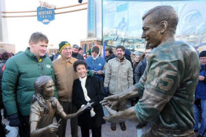 Bart Starr, his wife Cherry and Packers president Mark Murphy, left ...