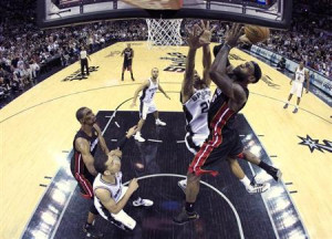 Heat LeBron James (R) goes to the basket against San Antonio Spurs ...