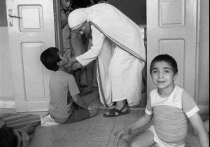 Mother Teresa talks to one of the 37 children she evacuated from West ...