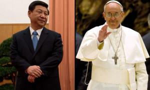 Xi Jinping (E) e Papa Francisco (D)