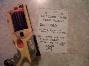 Funny gun warning sign shirt por Cardsharkkid