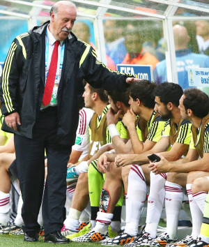 Head coach Vicente del Bosque of Spain speaks to his players on the ...