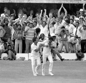 fan congratulates Kapil Dev for taking a catch to dismiss Viv ...