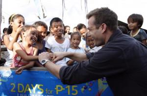 Gabriel Macht with kids of Ormoc Philippines twitter/Gabriel Macht