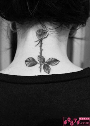 女生后颈黑白玫瑰唯美纹身