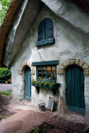 Fairy tale Cottage : There's definitely a witch living in this ...