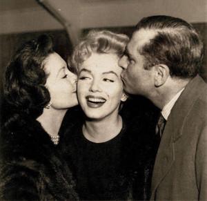 Lady e Sir Olivier, dando um beijinho em Marilyn Monroe!