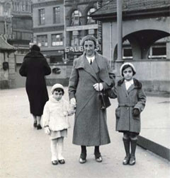 Anne Frank (on the left) with her mother Edith and sister Margot ...