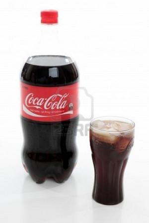 8728264-bottiglia-di-coca-cola-coca-cola-vetro-riempito-con-coca-cola ...