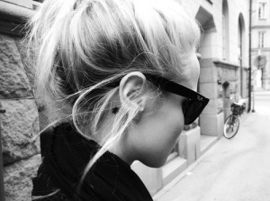 black and white, blonde, fashion, girl, ray bans, sunglasses, tattoo