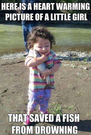 funny-pics-little-girl-saved-a-fish-from-drowning