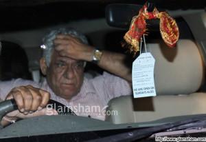 Om Puri snapped outside Versova Police Station photo 6