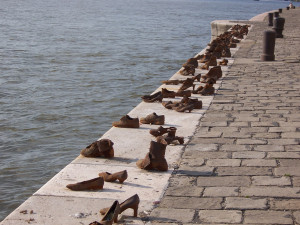 Description Budapest jewish WWII memorial shoes on river bank.jpg