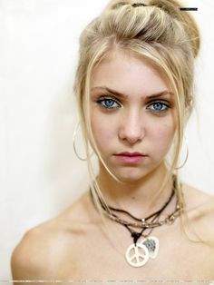 Taylor Momsen - Lead singer of The Pretty Reckless, blue-eyed babe ...