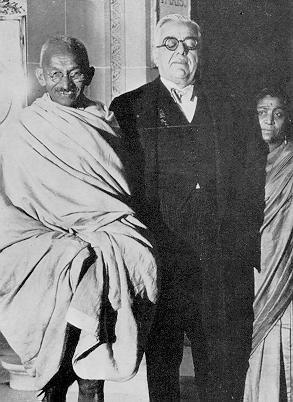 Aga Khan III with Gandhi at the Ritz Hotel, London in 1931