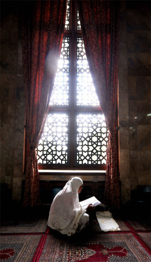 indonesian muslim woman reads quran in ramadan palestinian women ...
