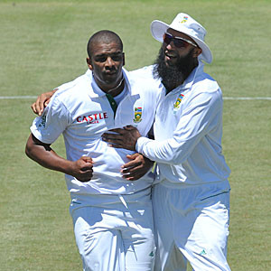 Vernon Philander (L) & Hashim Amla © Gallo Images