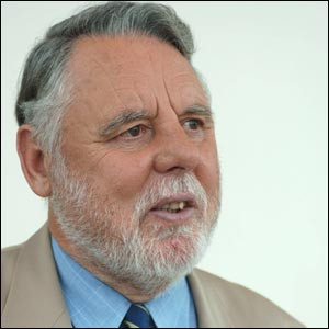 Terry Waite backs McKinnon