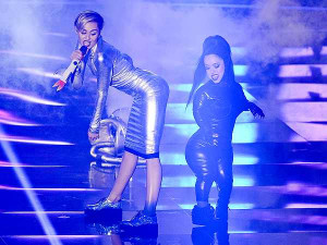 Miley Cyrus performs lesbian twerk at 2013 EMAs