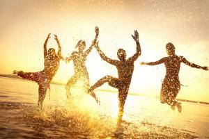 沙滩跳舞的一群人图片