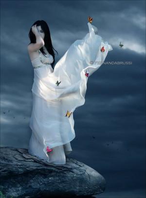 Фото Девушка в белом платье стоит на ...