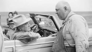 1936年に旱魃地域のノース.ダコタを視察した ...