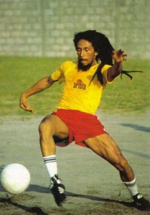 Foto de Bob Marley jugando fútbol.
