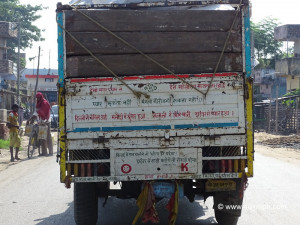 Funny-Quotes-in-Hindi-Behind-Truck.jpg