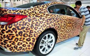 اتومبیل پلنگی در نمایشگاه خودرو در شهر ...