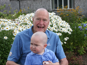 ... : George H.W. Bush shaves head in support of young cancer patient