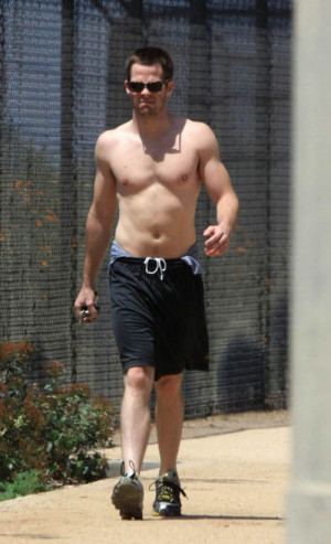 ... 11 chris pine haciendo topless en una larga caminata tags chris pine