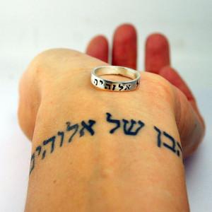 Vergleich zwischen einem Tattoo auf dem Handgelenk und einem Ring mit ...