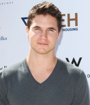 Robbie Amell Picture 3