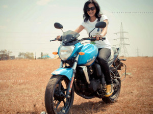 Shruthi on a Yamaha FZ – Courtesy: Tejaswi Ram