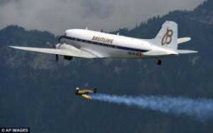 Jetman untuk pertama kalinya terbang di samping pesawat penumpang, ia ...