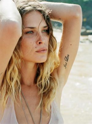 Adoro tatuagens escritas em fontes diferentes! Erin escolheu um lugar ...